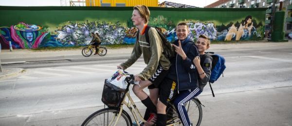 Tre ungdomar vid cykel